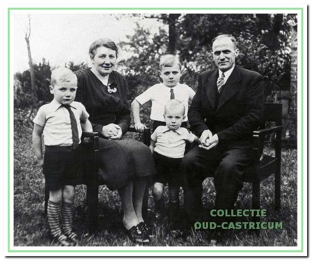 Gezin van Gerrit Rozemeijer en Geertje Kuijs met de kinderen Niek, Jan en Ed.