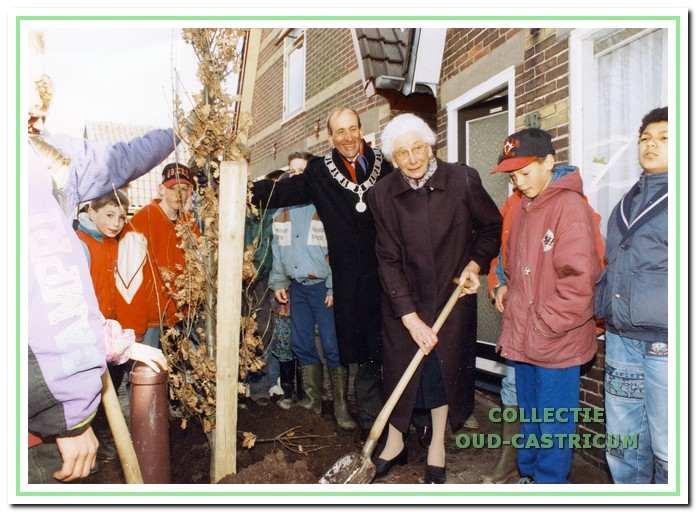 Op de nationale boomfeestdag op 31 maart 1993 wordt door scholieren een zogeheten zuileneik geplant in aanwezigheid van burgemeester Schouwenaar voor het huis van mevr. G. Rozemeijer. Zij hielp de scholieren een handje en dat viel in goede aarde.