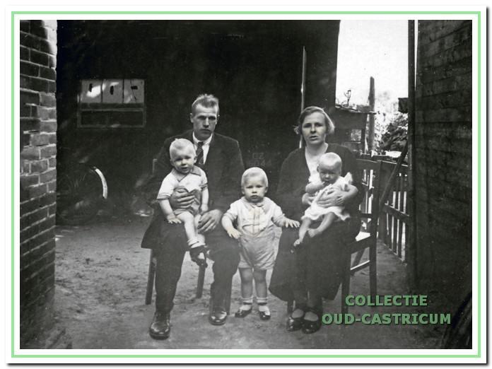 Cor Nanne en Geertje Druijven in de steeg naast het huis nummer 22 met de drie oudste kinderen.