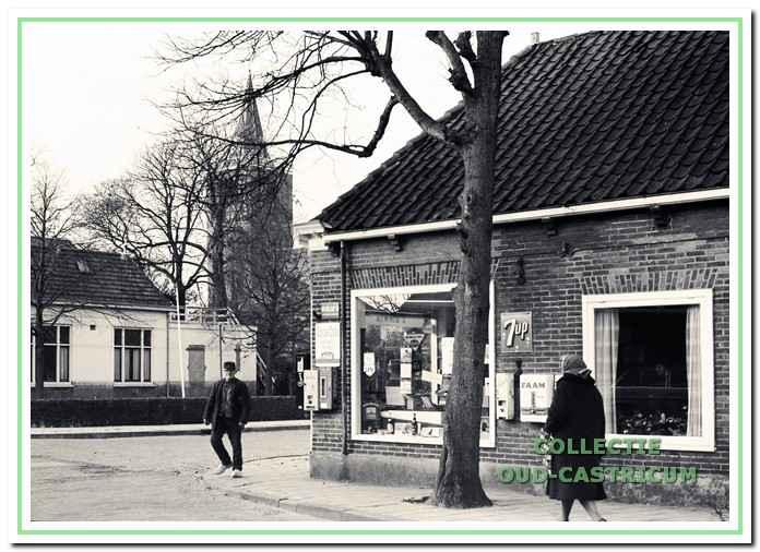 De kruidenierswinkel op de hoek met nog uitzicht op het Armenhuis en de oude Dorpskerk (foto Paul Honigh).
