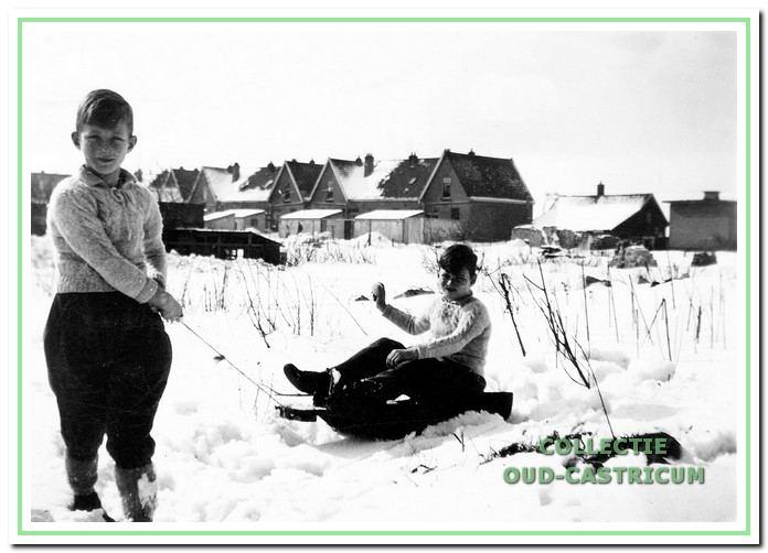 Gert en Nardus op de slee die op last van de Duitsers ook werd gebruikt voor het vervoer van houten kisten met munitie.