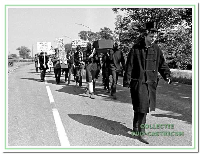 Begin juni 1970, organiseerden de Castricumse kabouters als protest tegen de aanleg van een grote parkeerplaats in het duingebied nabij het strand een symbolische begrafenis van een stuk duin op het strand.