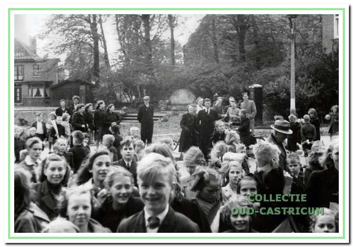 1937: Deze mensen staan te wachten tot bij het Corso theater de deur open gaat.