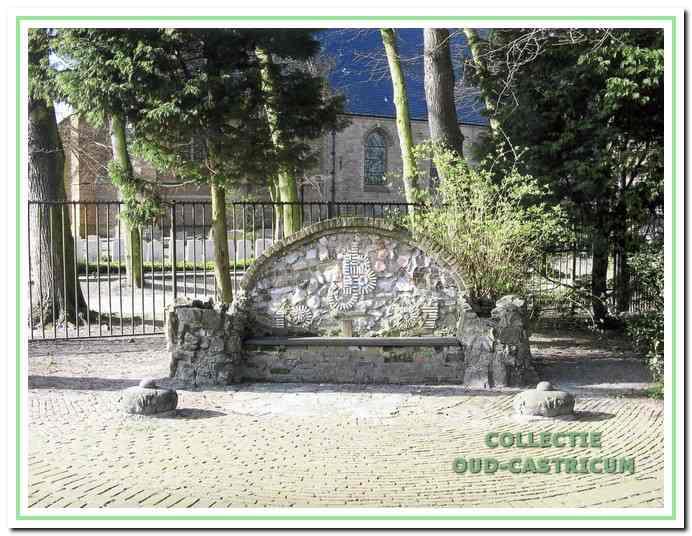 """De """"Juliana en Bernard bank"""". In 1934 is de lagere school gesloopt en op de vrijgekomen ruimte werd een plantsoen aangelegd. In 1937 werd ter gelegenheid van het huwelijk van het prinselijk paar deze bank geplaatst. De kinderen welke op die lagere school hebben gezeten mochten een steen meenemen die dan werd ingemetseld. Nu ligt er voor de bank een pleintje met parkeerplaatsen."""