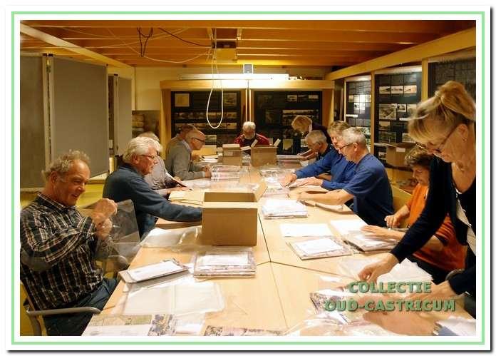 Inpakavond. Eind oktober worden in De Duynkant de jaarboeken van plastic hoesjes en brieven voorzien, voordat ze door de leden bij de donateurs worden bezorgd.