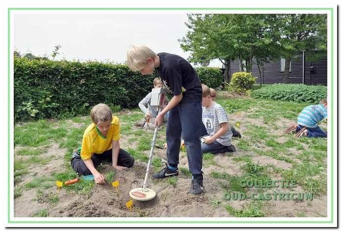 Jong geleerd. Tijdens de open dagen op 4 en 5 juli 2015 mochten kinderen op een veld aan de Geversweg schatzoeken met gebruik van een metaaldetector.