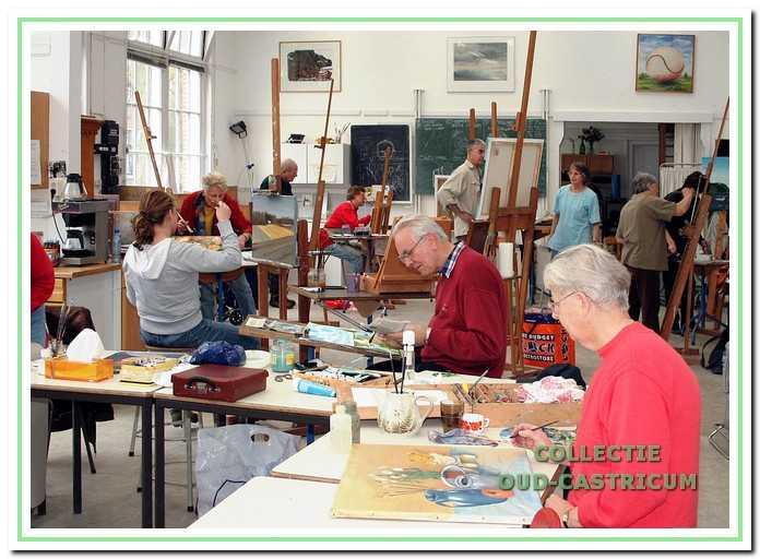 Perspectief begon als schilderclub, maar in de loop van de jaren is het aantal groepsactiviteiten uitgebreid met onder meer grafische technieken, keramiek en beeldhouwen. Leden kunnen aan alle werkgroepen deelnemen.