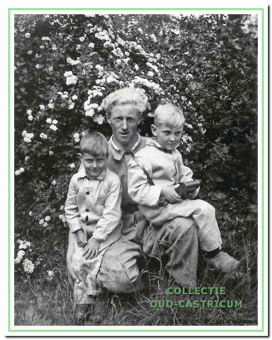 Piet de Waard met de buurjongens Ernst en Nico Mooij.