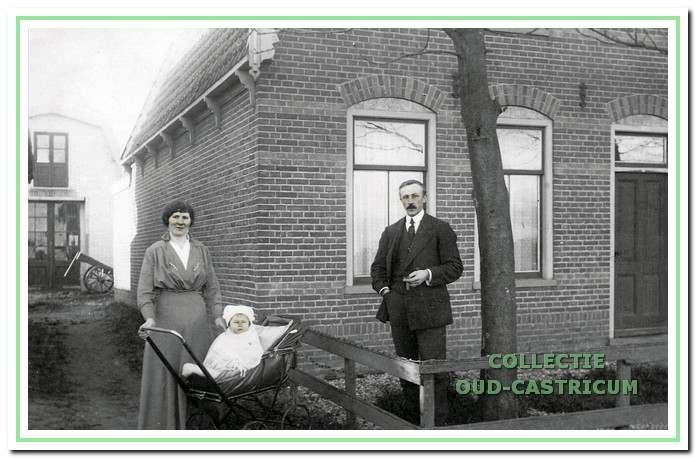 Johan Weda met zijn vrouw en zoon Theo in 1918 voor het huis aan de Bakkummerstraat 96.