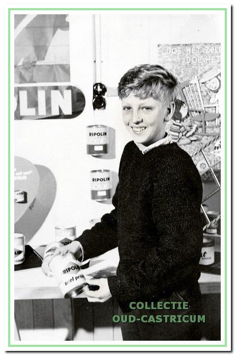 Jan Weda hielp op jonge leeftijd al mee met het inrichten van de etalage.
