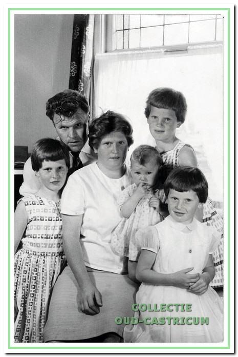 Niek Hollenberg en An Welp, bewoners van Breedeweg 54 met hun vier dochters rond 1962.