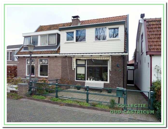 Grote ramen en dakkapellen vormen het huidige aanzicht van het dubbele woonhuis.