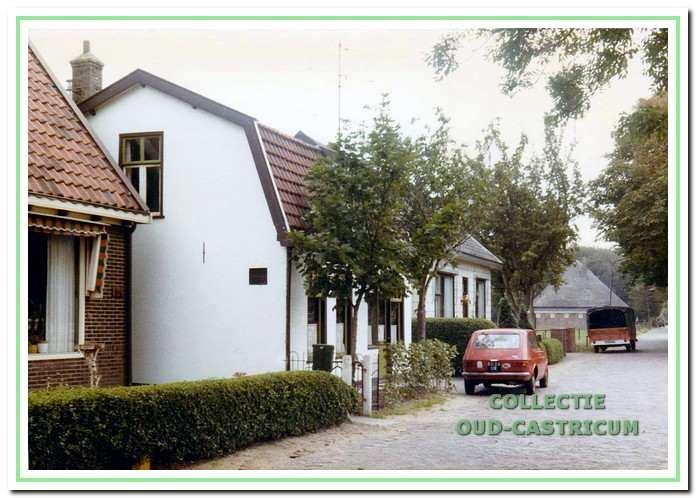 Een landelijk sfeer met links de huizen 54, 56 en 58.