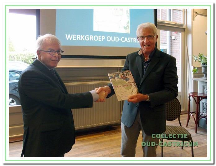 Voorzitter Peter Sibinga (links) overhandigt het eerste exemplaar van het 39e Jaarboek aan Aad de Wit.