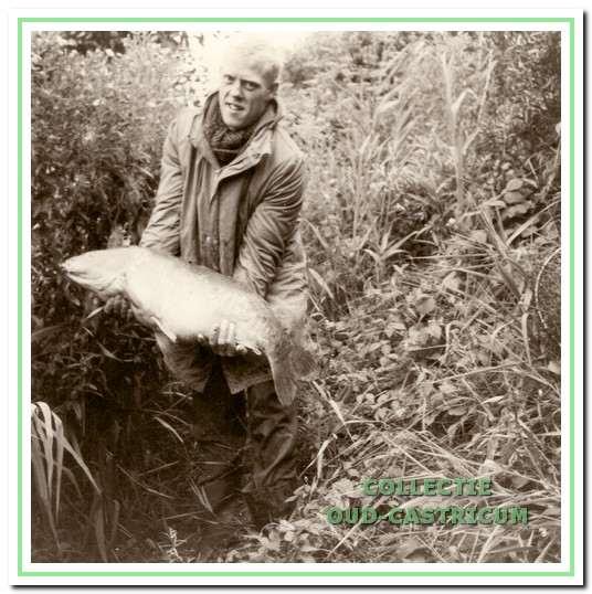 Jan Veldt met een karper bij het duinmeertje.