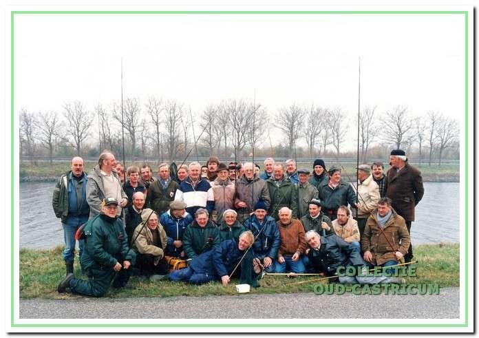De baarsvissers bij het Noord-Hollandskanaal in Het Zand tijdens het 60-jarig jubileum in 1986.