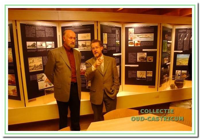Historisch Informatie Centrum. Op 28 februari 2002 werd de aanbouw van een Historisch Informatie Centrum officieel geopend door wethouder Peter Könst (links) en oud-wethouder Bert Meijer (foto Kees Blokker).
