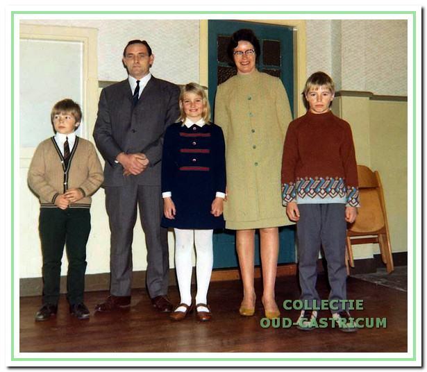 Klaas Tessel en Riet Reijnders in 1968 op hun 12,5-jarig huwelijks feest in De Kern met hun kinderen.