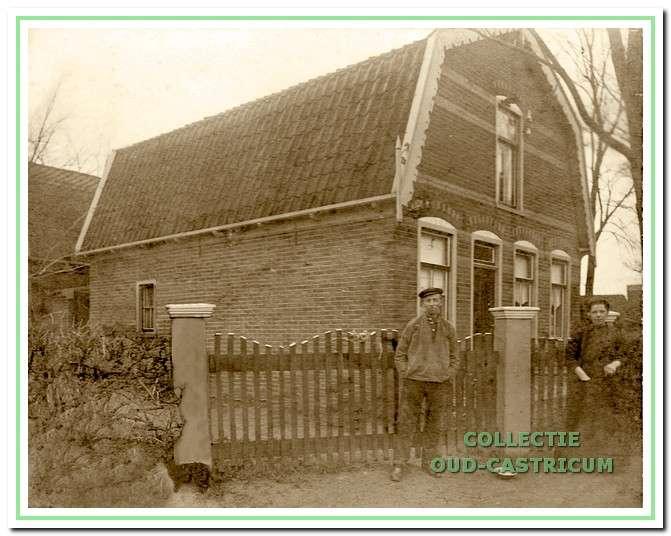 Jacob van der Park en Johanna Bakker voor hun huis aan de Breedeweg.