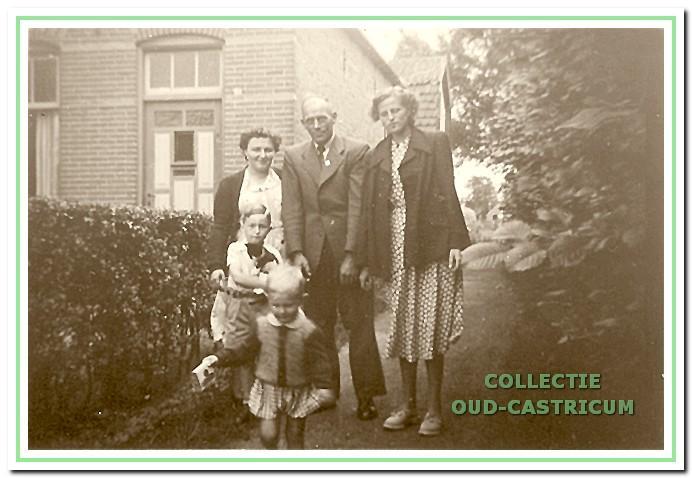 Voor het huis aan de Breedeweg in 1951.