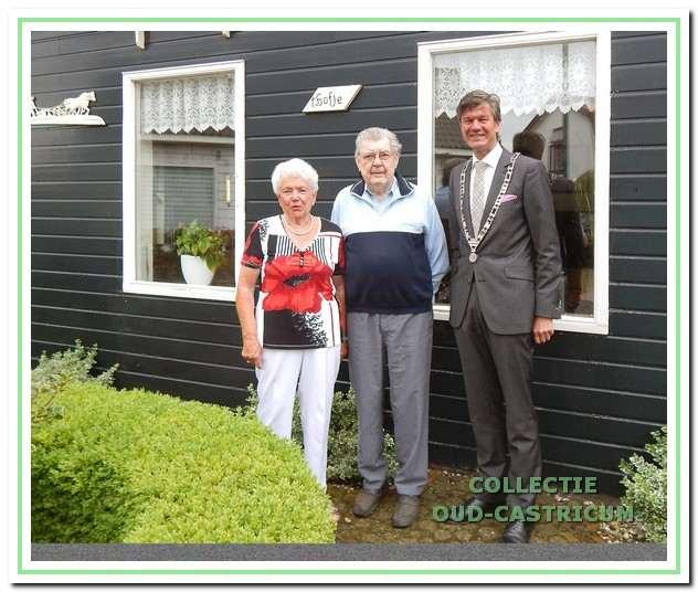 Jan en Aat Schoenmaker voor hun huisje met burgemeester Toon Mans bij het 60 jarig-huwelijksfeest op 4-8-2015.
