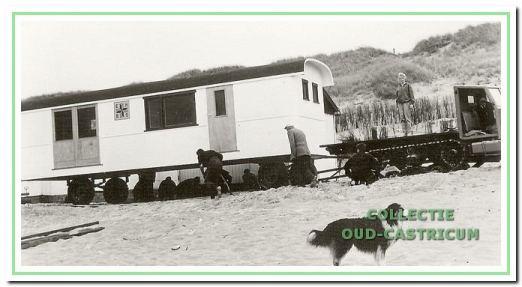 Plaatsing EHBO-wagen op het strand in 1965.