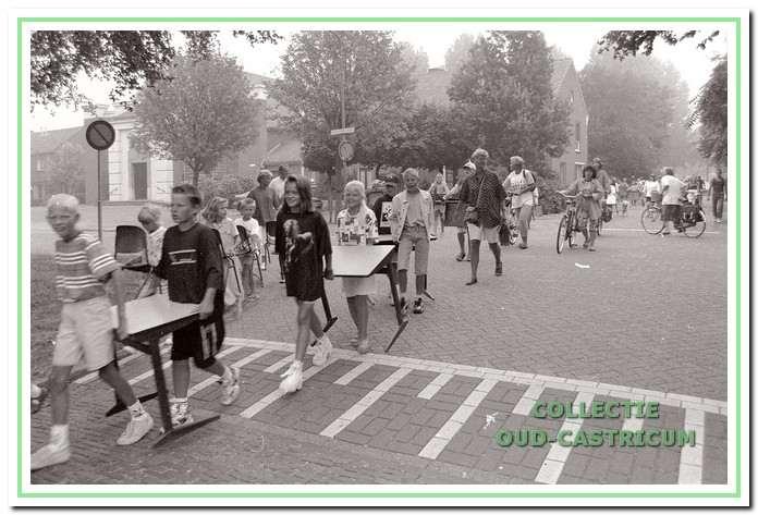 De 21 kinderen van groep vier van de Cuneraschool, stapten in optocht naar het cursuscentrum De Plaats, dat de school als noodopvang kreeg aangeboden.