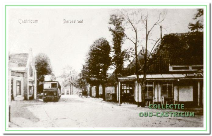 Links de stoomtram die stapvoets door het dorp rijdt met een persoon met een luid rinkelende bel, die 'vooruitloper' werd genoemd.