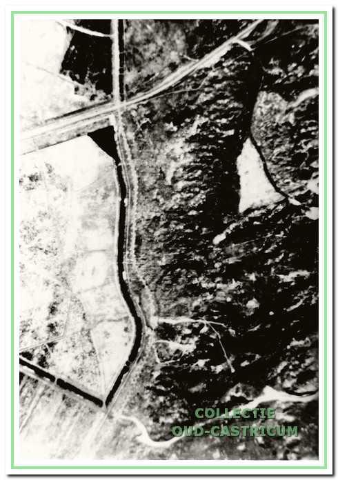 Links is de Zeeweg. Tussen de Veldweg en het weggetje richting strand staat de kleine Elephant.