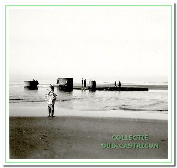 De Salamander aan het strand van Castricum aan Zee, 1959.