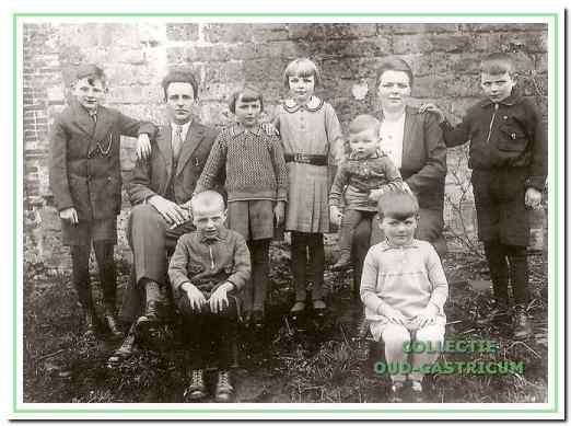 Het gezin van Cor Brandjes en Maria Res bij de dorpskerk. V.l.n.r.: Niek, vader Cor, Eva, Alie, Riet, moeder Maria en Co. Zittend Kees en To (Doortje was nog niet geboren).