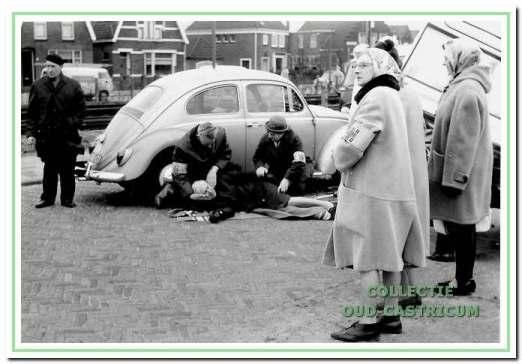 EHBO-oefening in 1970 nabij de Kramersweg.