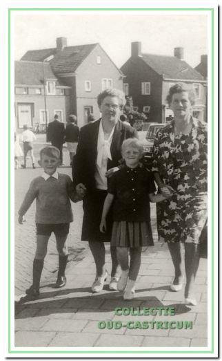 Gerard Veldt aan de hand van moeder Ali op weg naar de kermis in Castricum in 1965. Daarnaast zijn tweelingzus Marja en tante Nel Zomerdijk.