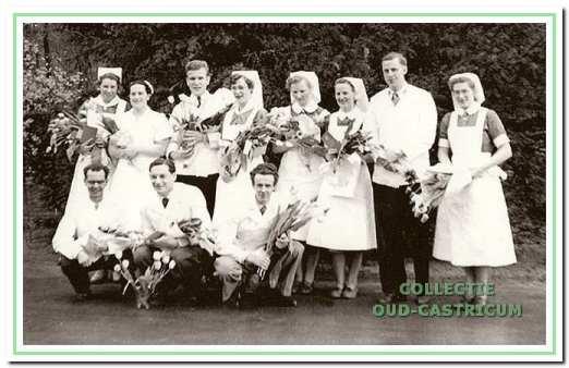 Examenfoto Duin en Bosch, 1954; 2e en 3e van rechts Kees Bakker en Coosje Wacht.