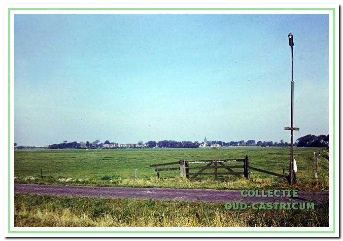 De Brakersweg met uitzicht op Limmen, rond 1975.