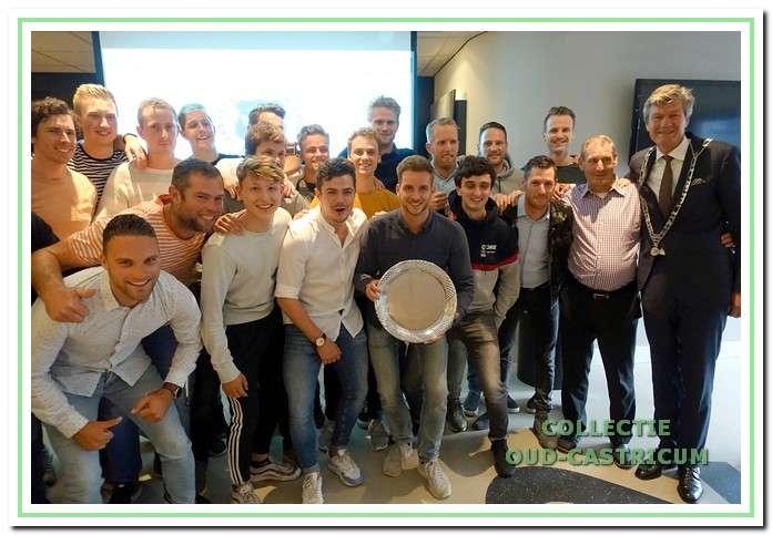 Spelers en stafleden van Vitesse '22 vieren het kampioenschap met burgemeester Mans.