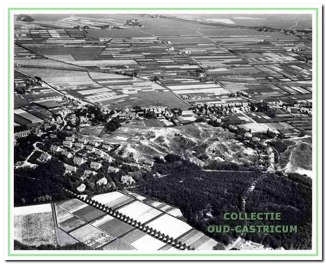 Luchtfoto van Bakkum, 1923. Vooraan links van het duintje staan de houten en stenen woningen voor het personeel van Duin en Bosch.