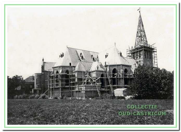 De nieuwe Pancratiuskerk in aanbouw. Links achter is nog een stukje van de oude kerk te zien, dat na voltooiing van de nieuwe kerk werd gesloopt.