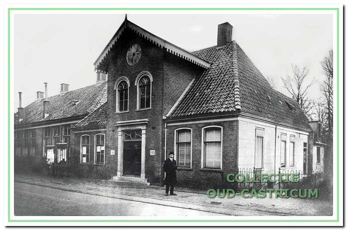 Foto van ca. 1909: Dit is het voormalige raadhuis, waarvoor de eerste steen in 1869 door burgemeester Zaalberg werd gelegd. Ernaast, aan de Schoolstraat, stond de in 1854 gebouwde eerste Openbare Lagere School van Castricum. Dit gebouw werd in 1934 gesloopt.