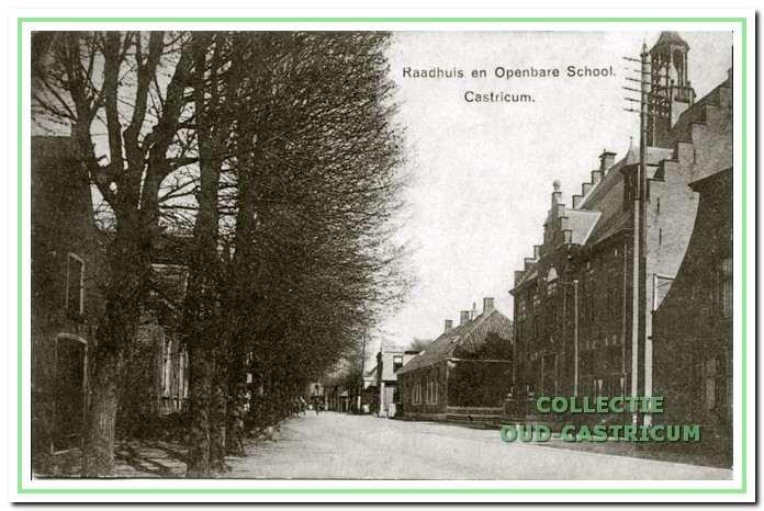 De Dorpsstraat met de Openbare Lagere School die daar, op de hoek van de Schoolstraat, heeft gestaan van 1854 tot 1934. Het was tot 1905 de enige school in Castricum.
