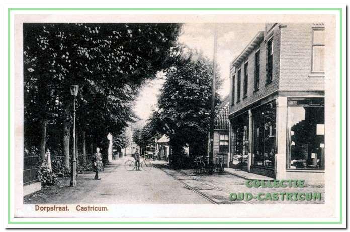 Foto uit 1924 met vooraan rechts het in 1920 verbouwde pand van Henk Heideman. Ernaast nog een glimp van het houten huisje van postbode Jan van Benthem.