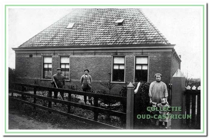 De pas gebouwde boerderij omstreeks 1919. V.l.n.r. Arie Meijne met zijn knecht Jan Brakenhoff zijn schoonzus Anna Ruijter en zijn kinderen Thea en Mien.