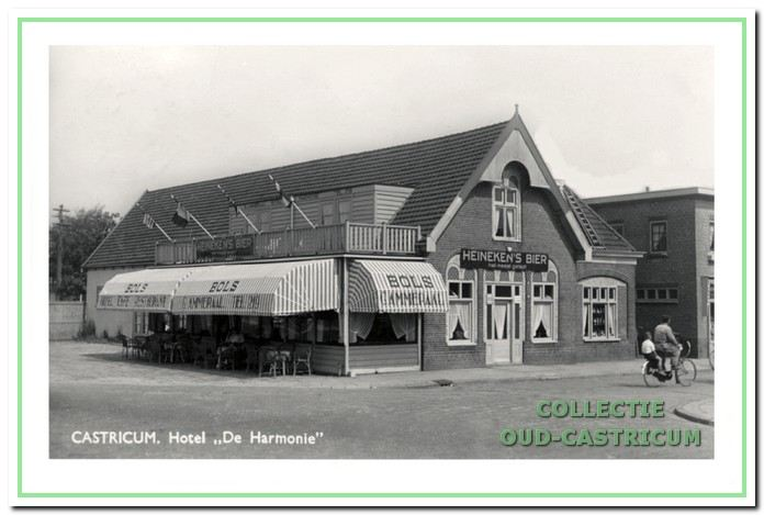 Café-hotel 'De Harmonie' omstreeks 1950, toen Gerrit Ammeraal de eigenaar was in een al lang niet meer landelijke omgeving.