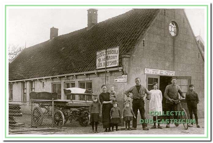 De familie De Groot voor hun smederij aan de Schoolstraat in 1913.