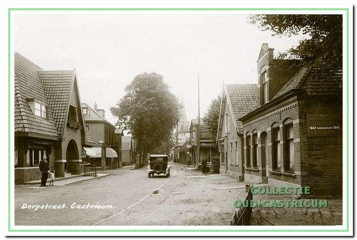 Foto uit 1929, met als eerste pand rechts het in 1919 gebouwde woonhuis, dat later het nummer D0rpsstraat 83 kreeg. In het pand ernaast, was bakkerij Van Zilt gevestigd.