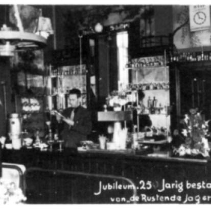 Libert Eggers jr. achter het buffet op de dag van het 25 jarig jubileum, 1 juni 1953.