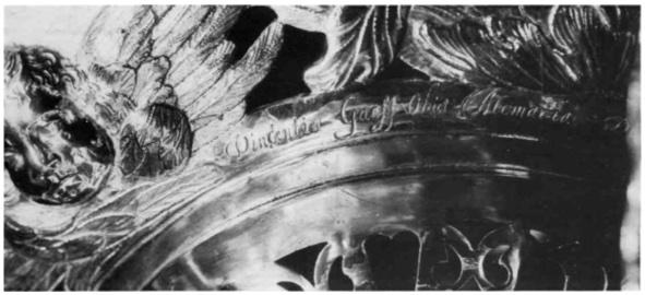 """Detail van het lofwerk van de godslamp. De tekst luidt: """"Vincentia Gaeff obiit Akmariae, Die 24 Nou. Ao 1679""""."""