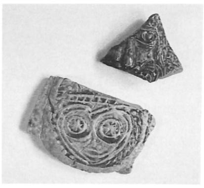 Fragmentje van een baardmankruikje en een scherf met een gestileerde afbeelding van een menselijk gelaat.