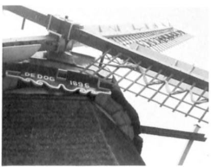 Detail van het schild op de in 1896 gebouwde molen 'De Dog.'