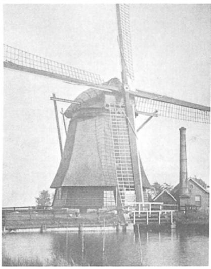 Een oude foto van de molen uit de periode van het stoomgemaal (1892 - 1934), waarop rechts nog de schoorsteen van de stoomketel is te zien.